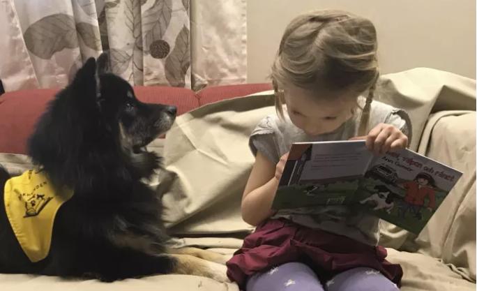 eodora lyssnar uppmärksamt på Esther när hon övar på att läsa. Foto: Sandra Sporrenstrand